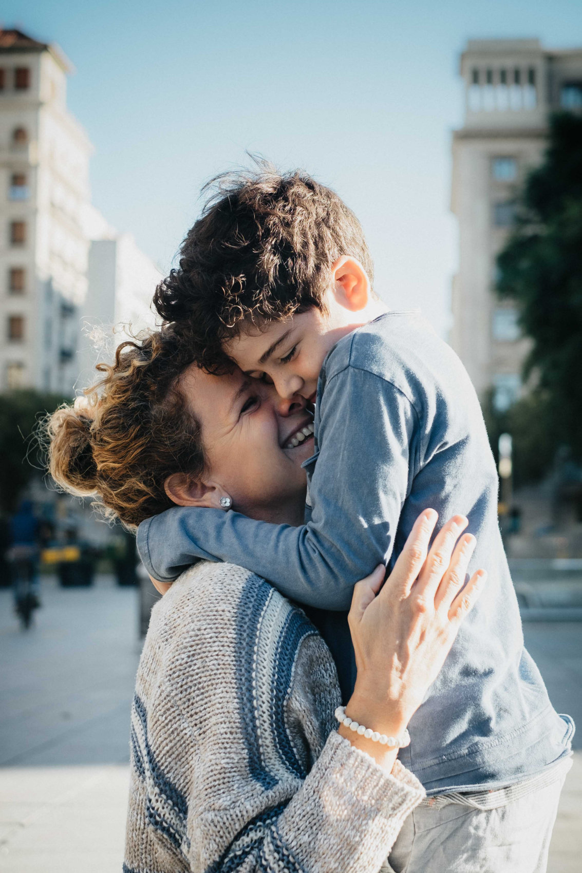 A mother and son in the streets of Barcelona, family picture by Pauline Mattia
