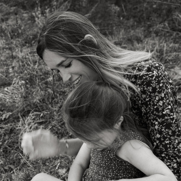 A mother and her daughter playing at Barcelona, family picture by Pauline Mattia