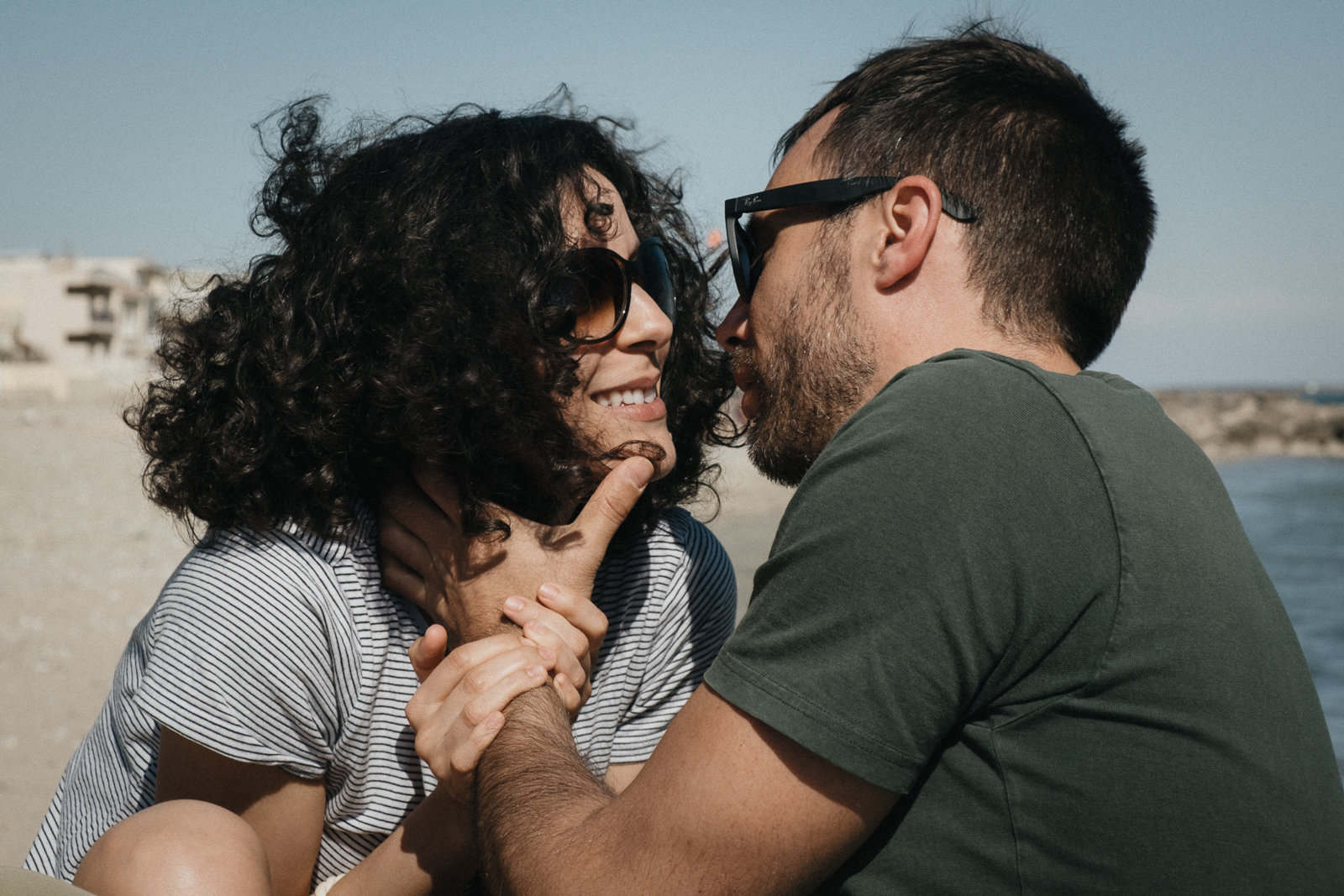 couple kissing at a beach in Barcelon, picture by Pauline Mattia